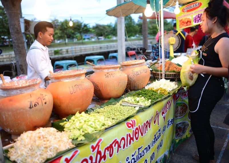 Roiet, Thailand - 6. Oktober 2017: Leuteeinkaufen an gehender Straße Saket Nakorns herein ROI-und an der Stadt lizenzfreie stockbilder
