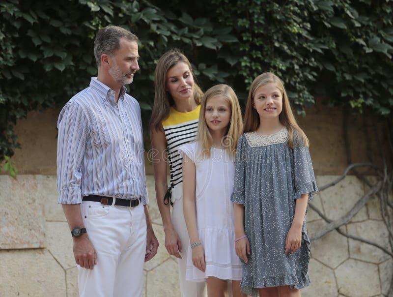 Rois de l'Espagne posant au palais de Marivent pendant leurs vacances d'été image stock