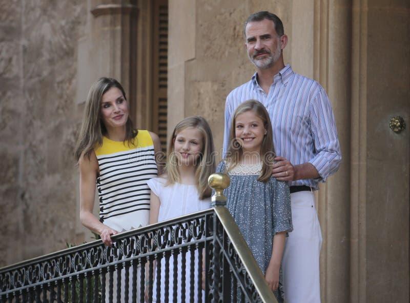 Rois de l'Espagne posant au palais de Marivent pendant leurs vacances d'été photos libres de droits