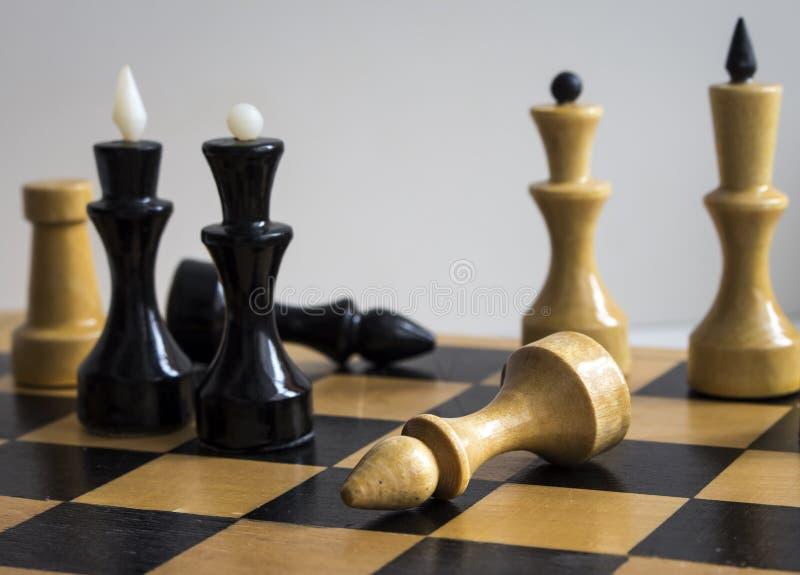 Rois et Queens d'échecs sur le conseil images stock