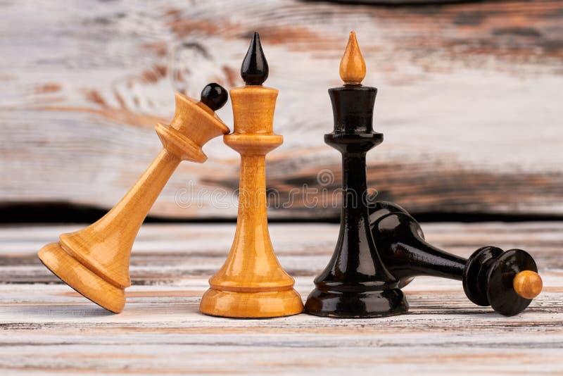 Rois et reines noirs et blancs de pièces d'échecs photographie stock
