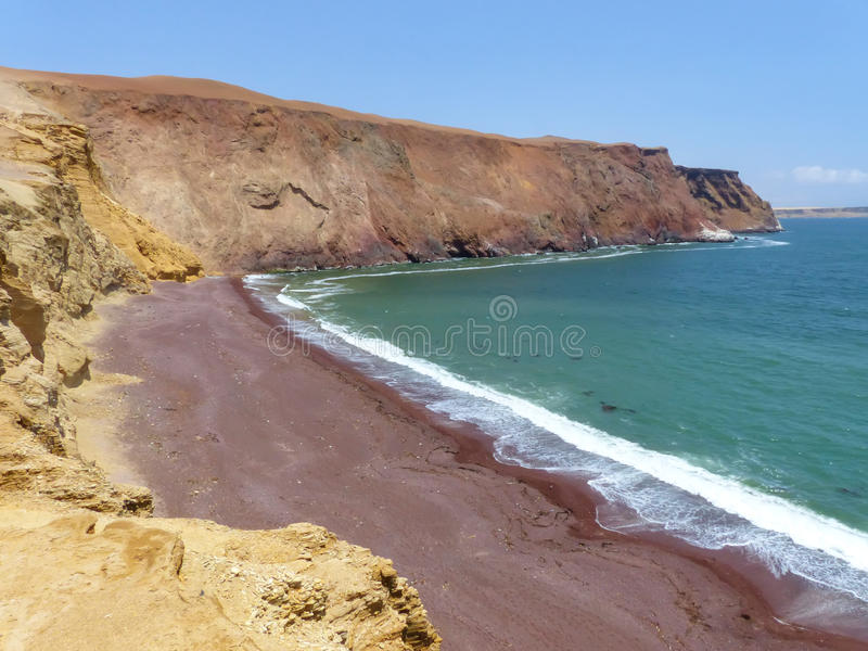 Roja strand i Paracas den nationella reserven, Peru royaltyfri foto