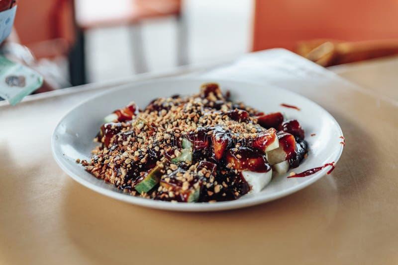 Rojak é um prato tradicional da salada de frutas e legumes encontrado geralmente em Indonésia, em Malásia e em Singapura fotografia de stock royalty free
