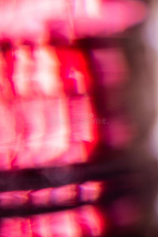 Rojo, blanco y rosado fuera de fondo del extracto del foco fotografía de archivo