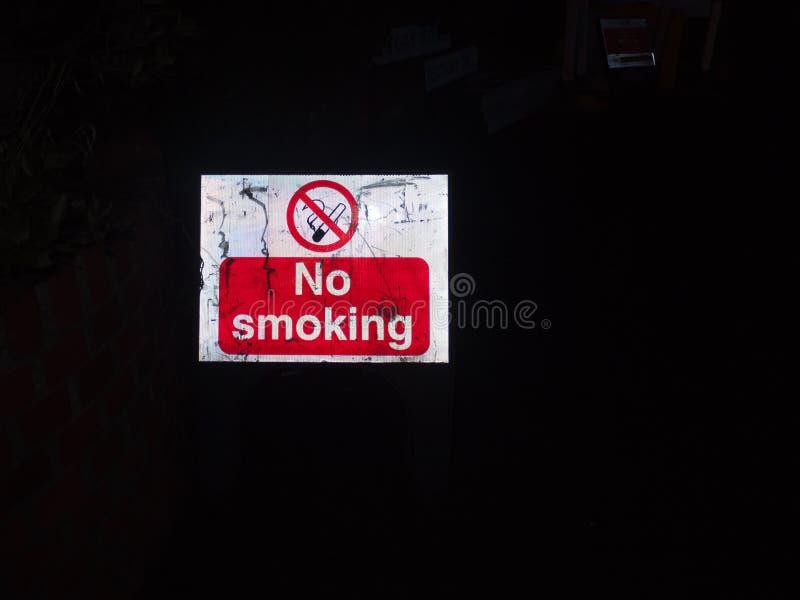 rojo de la noche de la construcción de la placa de calle y blanco de no fumadores fotos de archivo libres de regalías