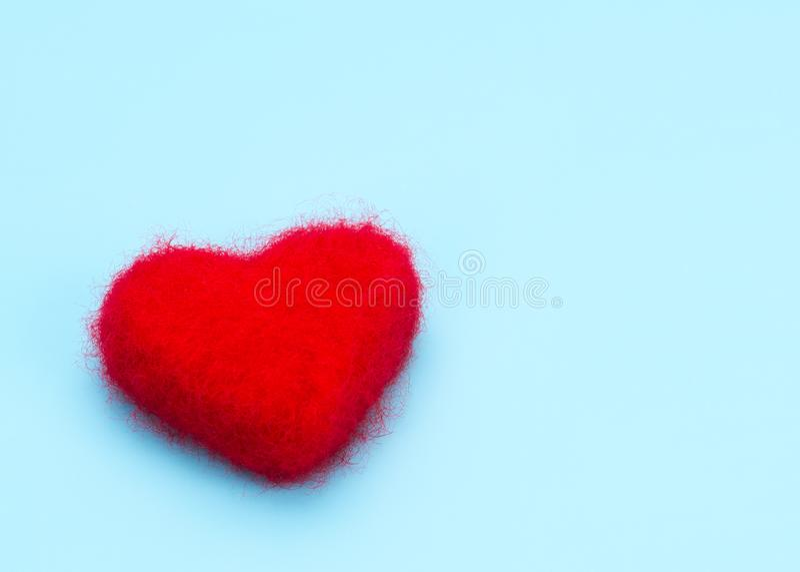 Rojo del corazón en fondo azul foto de archivo