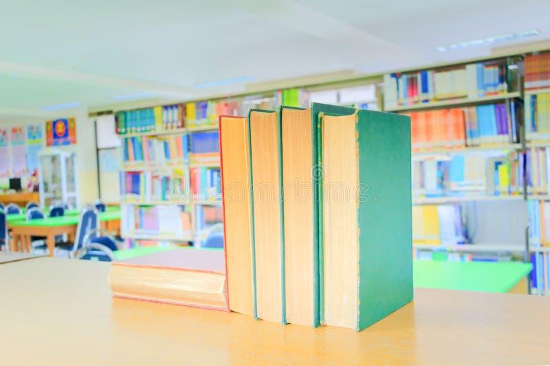 Rojo del libro viejo - verde el montón es escuela de biblioteca interior en la tabla de madera imagen de archivo libre de regalías