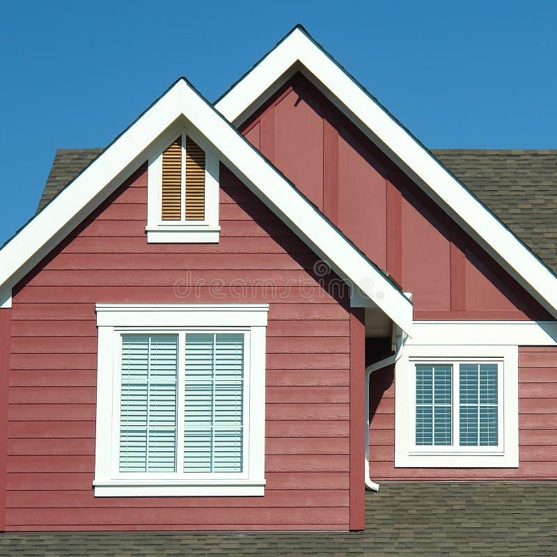 Rojo exterior casero del detalle del tejado fotografía de archivo