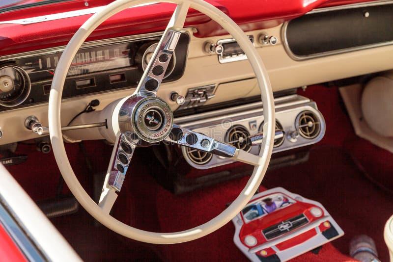 Rojo Ford Mustang 1965 imagen de archivo libre de regalías