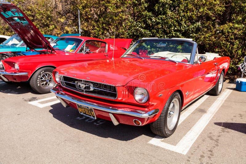 Rojo Ford Mustang 1965 imágenes de archivo libres de regalías