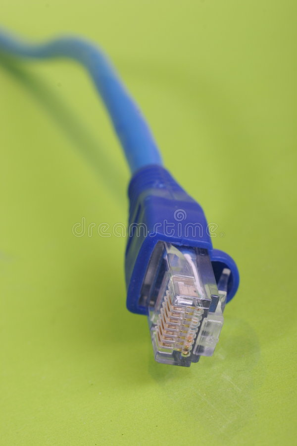 Rojo y azul del cable del establecimiento de una red imagen de archivo