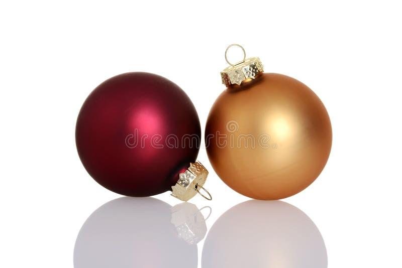 Rojo y ornamentos de la bola de la Navidad del oro foto de archivo