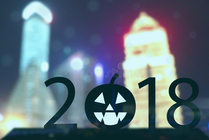2018 rok Halloween pojęcie, sylwetka Biznesowego mężczyzna stojak z dyniowego Jack O ` Halloween Latarniowym szczęśliwym trendem zdjęcia stock