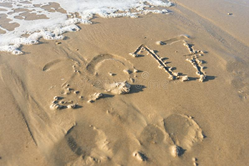 Rok 2017 pisać w piasku plaża i wymazujący wav obrazy royalty free