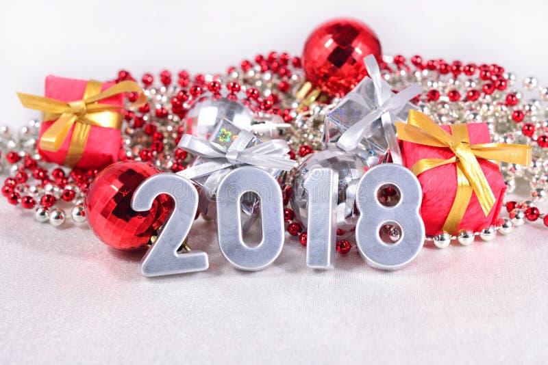 2018 rok srebra postacie, Bożenarodzeniowe dekoracje obraz stock