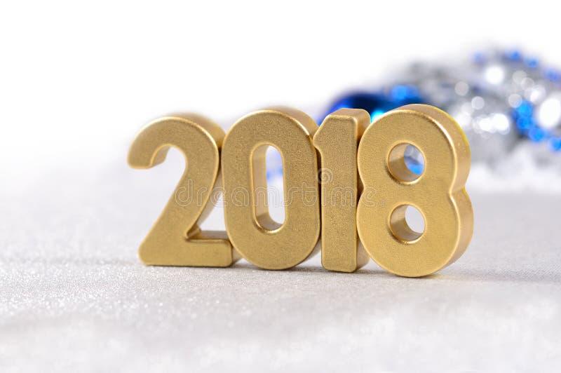 2018 rok złote postacie i Bożenarodzeniowe dekoracje na bielu zdjęcia royalty free