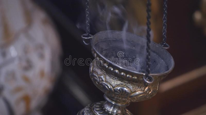 Download Rokend Apparaat In Het Midden Van Het Ritueel Lengte Van De Close-up De Langzame Motie Van Een Rokend Apparaat In Het Midden Van Stock Afbeelding - Afbeelding bestaande uit priester, boek: 107707569