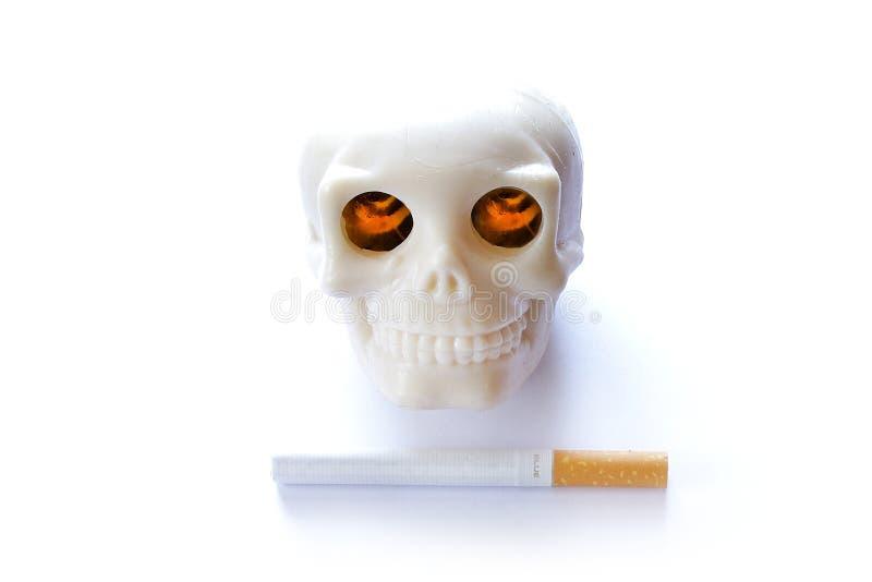 Rokende doden uitstekende menselijke schedel met het branden van aangestoken ogen en royalty-vrije stock foto's