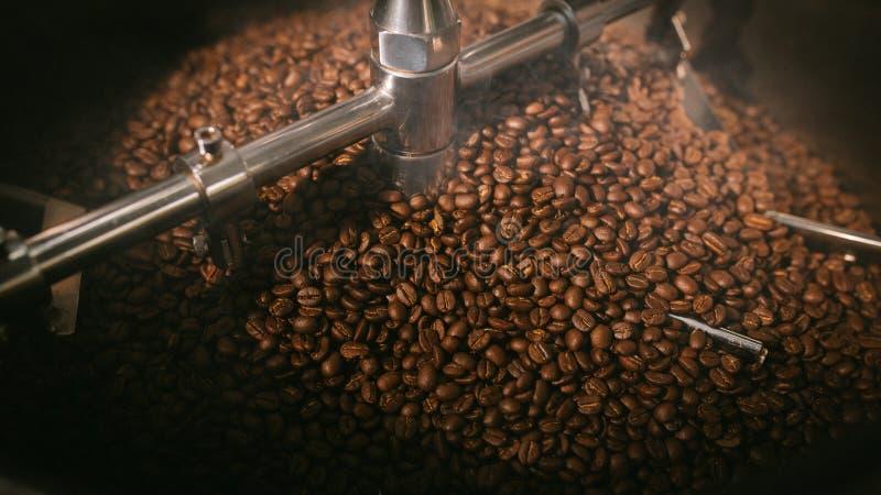 Rokende geroosterde koffiebonen stock fotografie