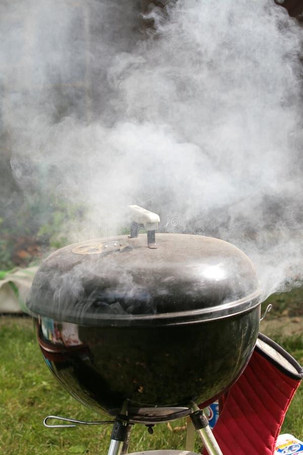 Rokende grill in openlucht stock afbeeldingen