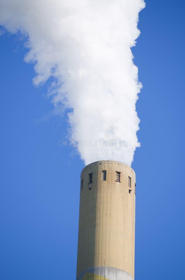 Rokende industriële schoorsteen stock foto