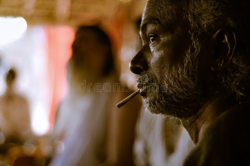 Rokende mens in West-Bengalen stock fotografie