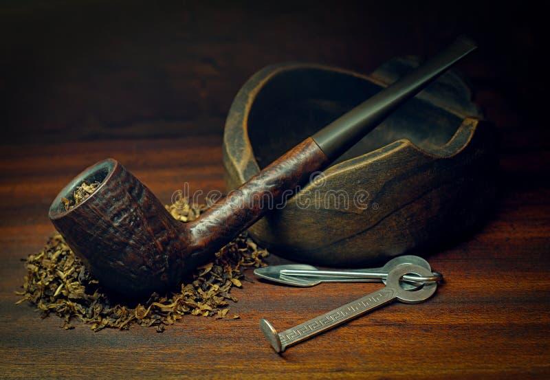 Rokende pijp en tabak stock afbeelding