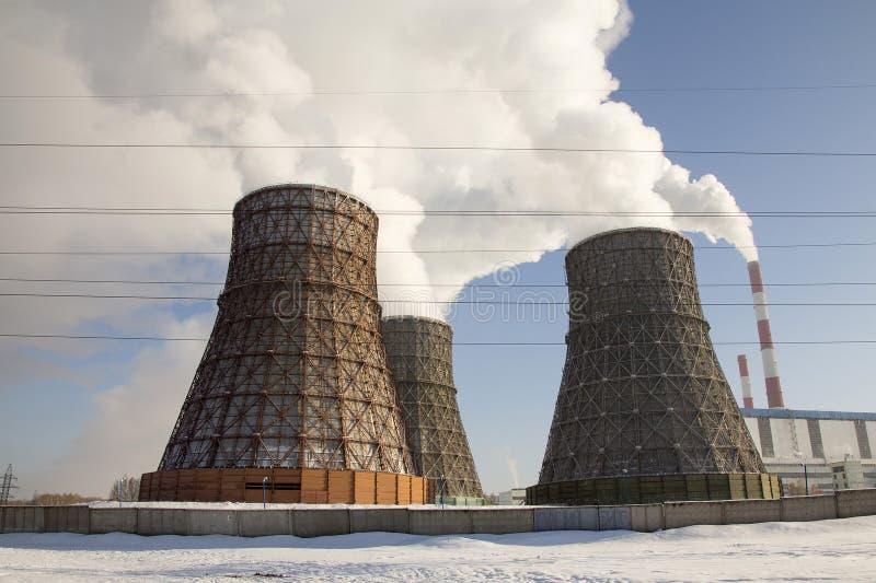 Rokende pijpen van thermische elektrische centrale stock afbeeldingen