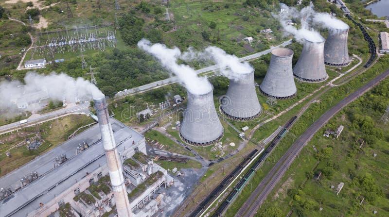 Rokende pijpen van thermische elektrische centrale bij de zomer stock fotografie
