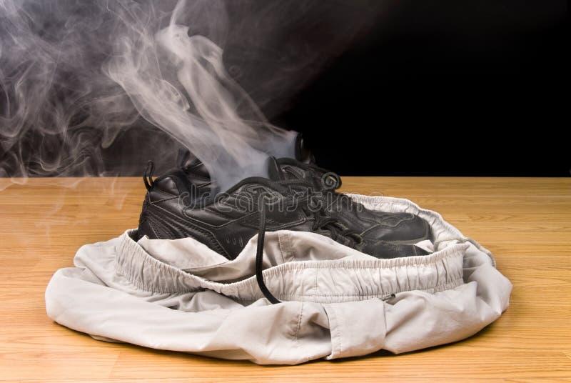 Rokende schoenen en borrels stock foto's