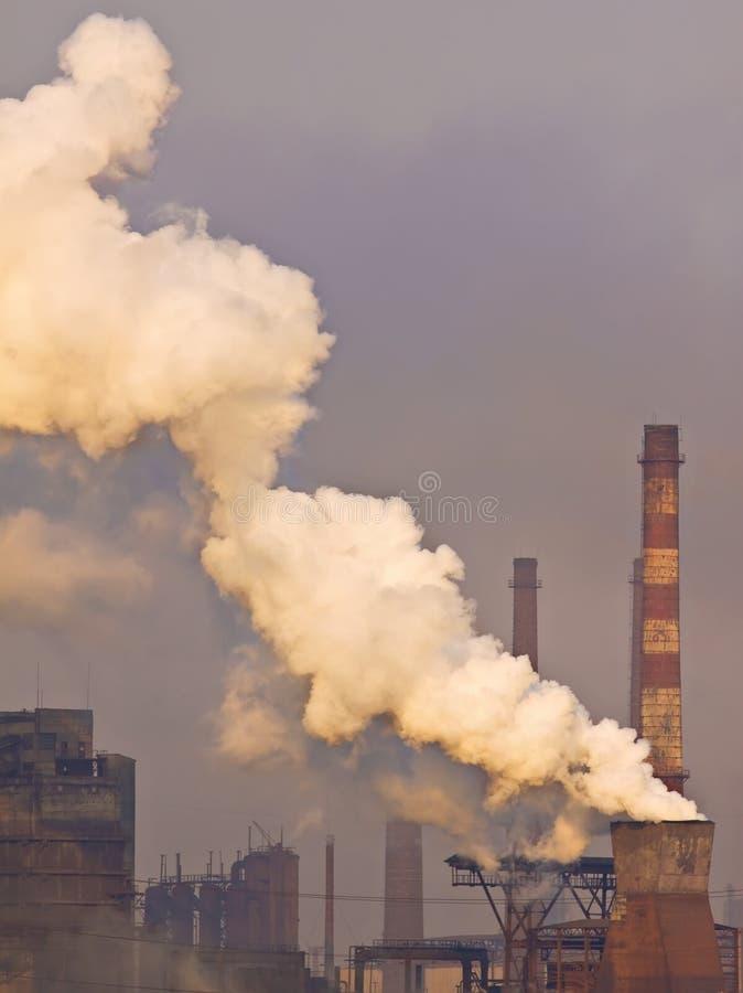 Download Rokende schoorsteen stock foto. Afbeelding bestaande uit landschap - 10778120