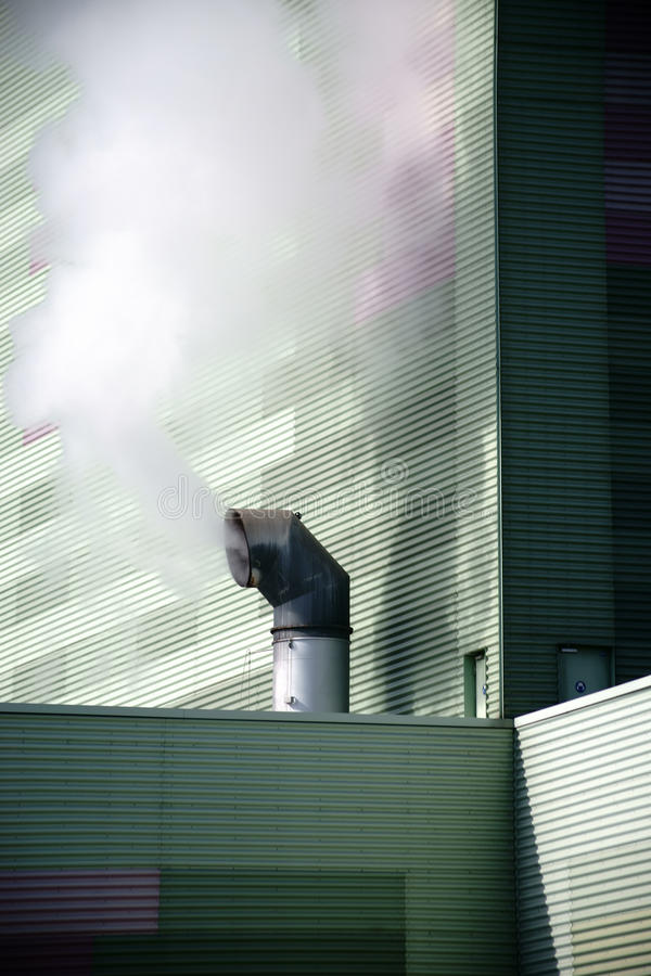 Rokende schoorsteen stock afbeeldingen
