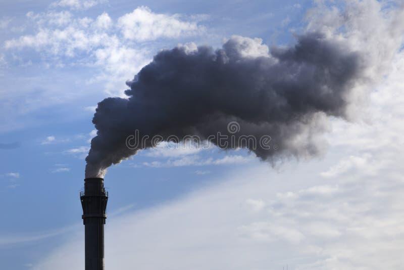 Rokende schoorsteen die broeikasgassen produceren stock foto's