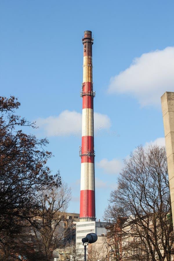 Rokende schoorstenen van de fabriek rood-witte pijpfabriek royalty-vrije stock foto's