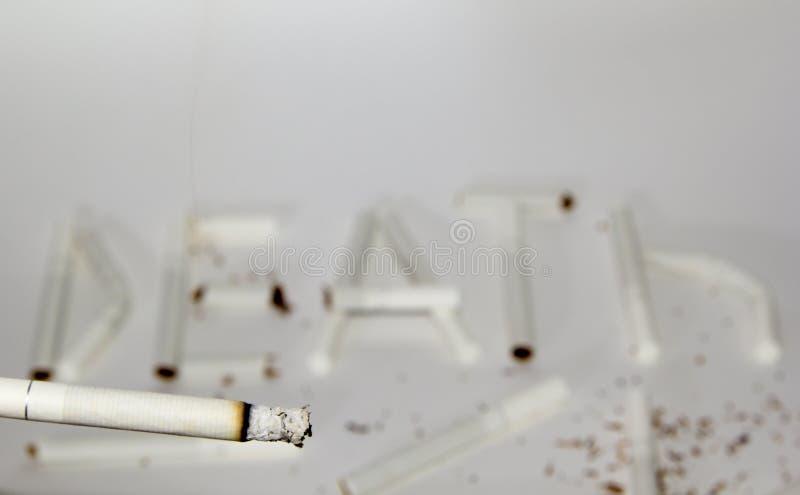 Rokende sigaret en inschrijvingsdood royalty-vrije stock foto
