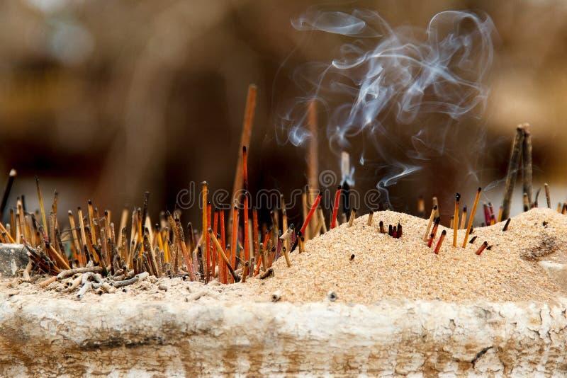 Rokerige joss stokken in een boeddhistische tempel royalty-vrije stock foto's