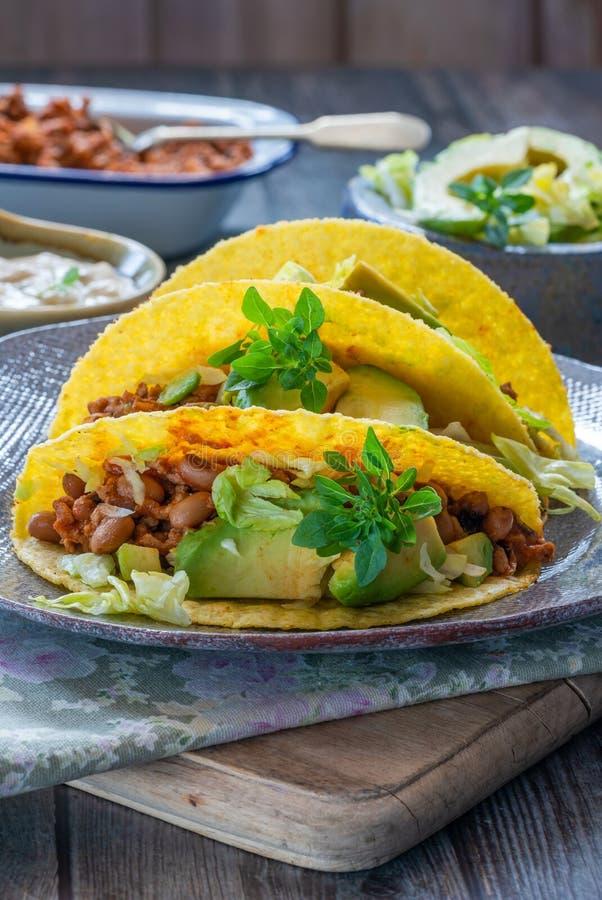 Rokerige Mexicaanse varkensvlees en boontaco's stock foto's