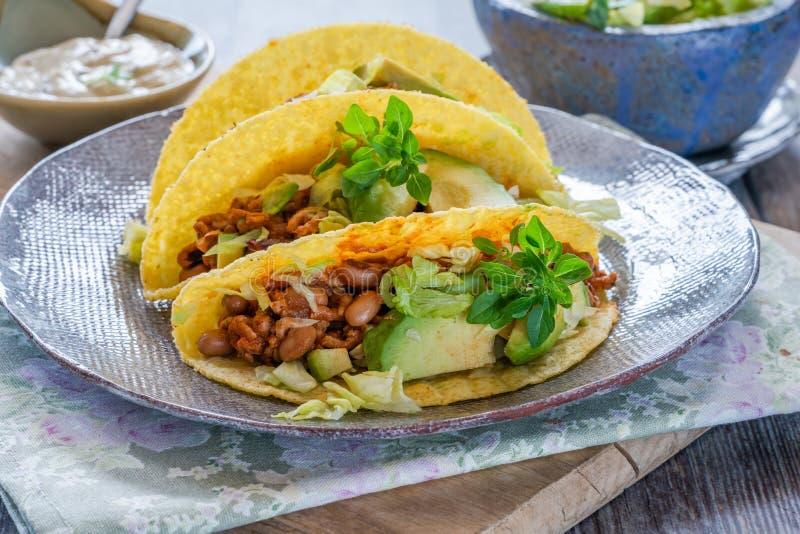 Rokerige Mexicaanse varkensvlees en boontaco's stock afbeelding