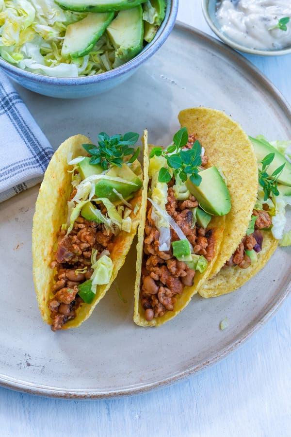Rokerige Mexicaanse varkensvlees en boontaco's stock afbeeldingen