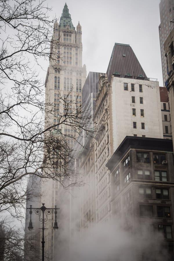 Rokerige straten van Manhattan een grijze dag aan het eind van de winter stock foto