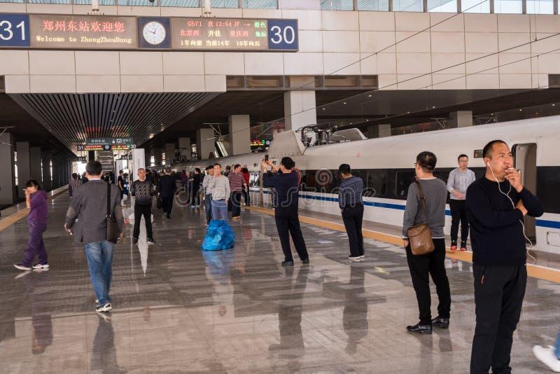 Rokers door hoge snelheidstrein bij platform in China royalty-vrije stock foto