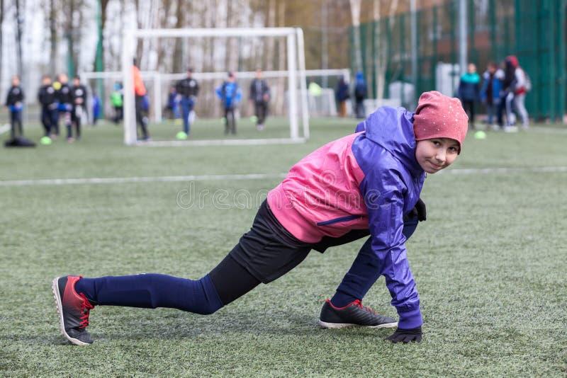Roku żeński gracz futbolu ćwiczenia dla elastyczności, rozgrzewka przed dopasowaniem zdjęcie stock