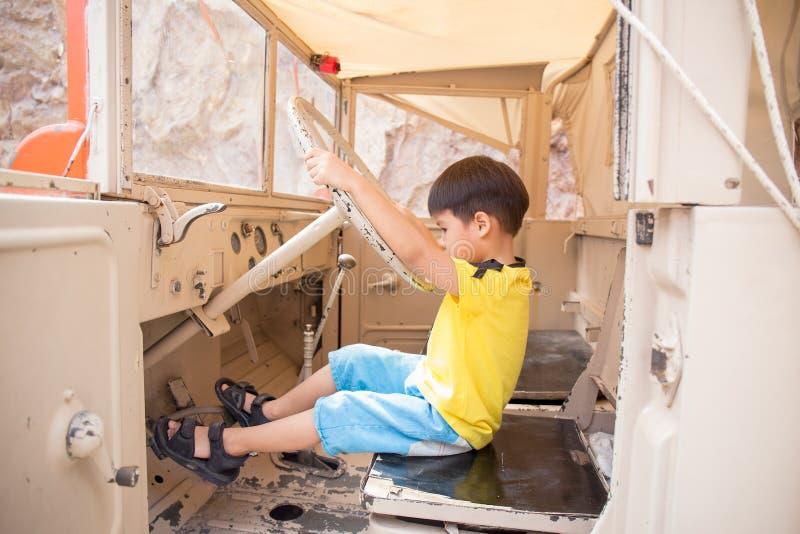 4 roku dzieciak sztuki jako kierowca na ciężarówce obraz royalty free