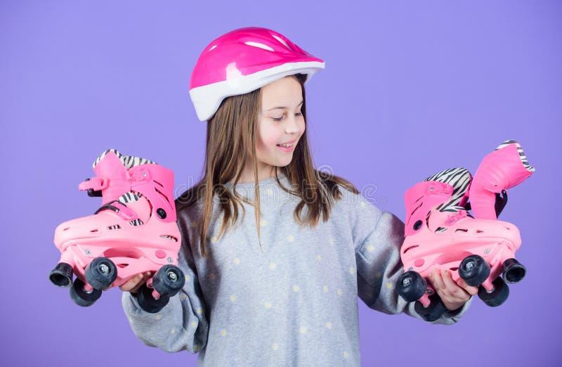Rol het schaatsen tienerhobby Blije tiener die gaan berijden Sportief tienermeisje Klaar aan rol het schaatsen Actieve vrije tijd royalty-vrije stock afbeelding