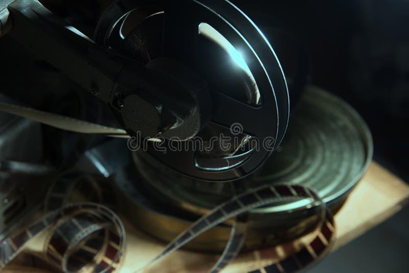 Rol met 16 mm-film op de projector stock afbeelding