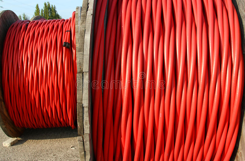 Rol van de kabel van de hoogspanningsmacht de macht elektrische utilitie royalty-vrije stock afbeeldingen