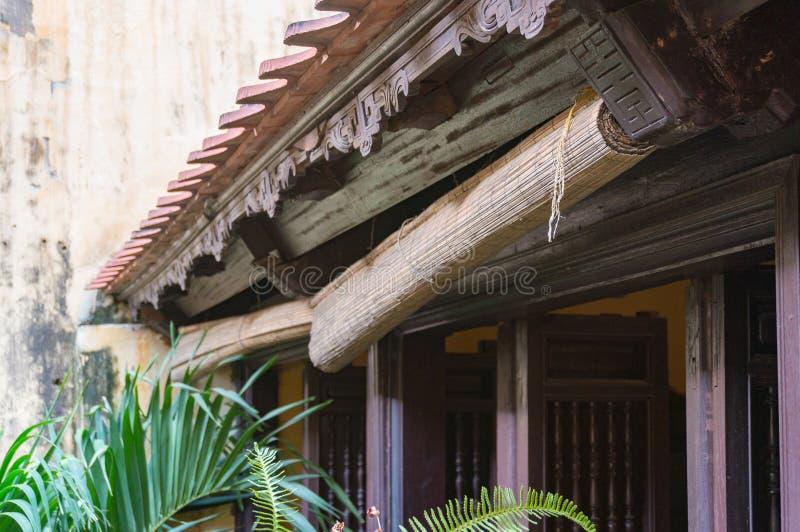 Rolado acima das cortinas de janela de bambu Det vietnamiano tradicional da casa foto de stock royalty free