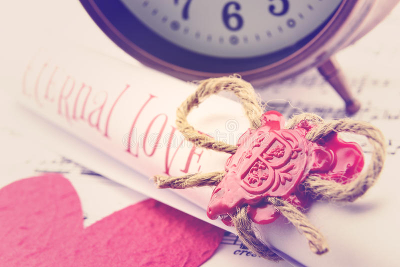 Rolado acima do rolo do poema do amor prendeu com corda natural do cânhamo imagem de stock royalty free
