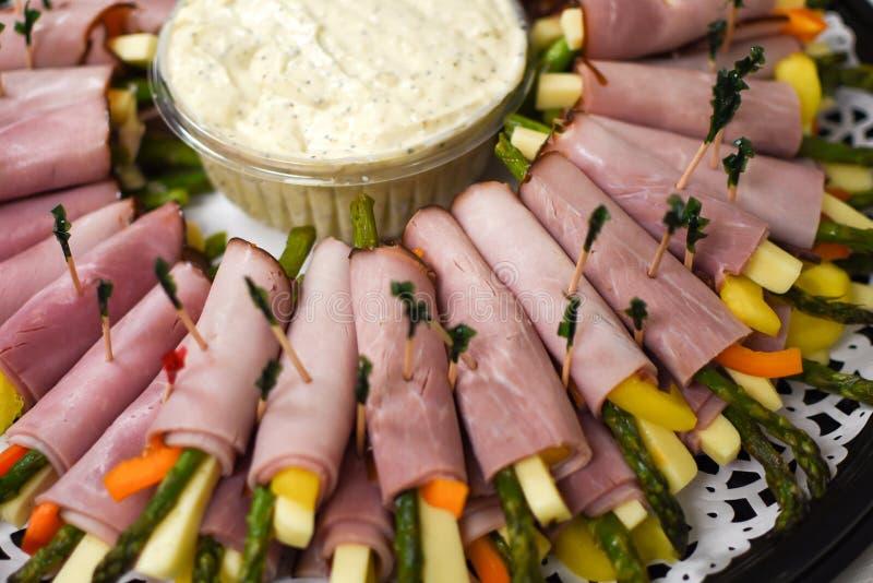 Rolado acima do vegetal no presunto com aspargo e queijo imagens de stock