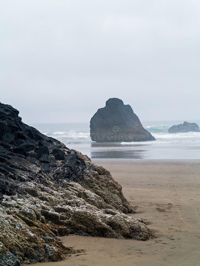 Rolamento da ressaca dentro em Rocky Beach foto de stock